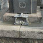 ご納骨式に合わせて、クリーニングと老朽化した外柵(福島県産の白河石)の修繕作業を行いました。東京都江戸川区の寺院墓地にて